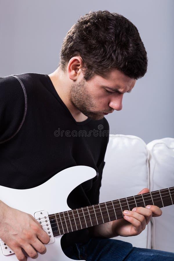 Rockman que joga a guitarra elétrica foto de stock