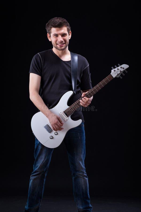 Rockman que toca la guitarra fotos de archivo