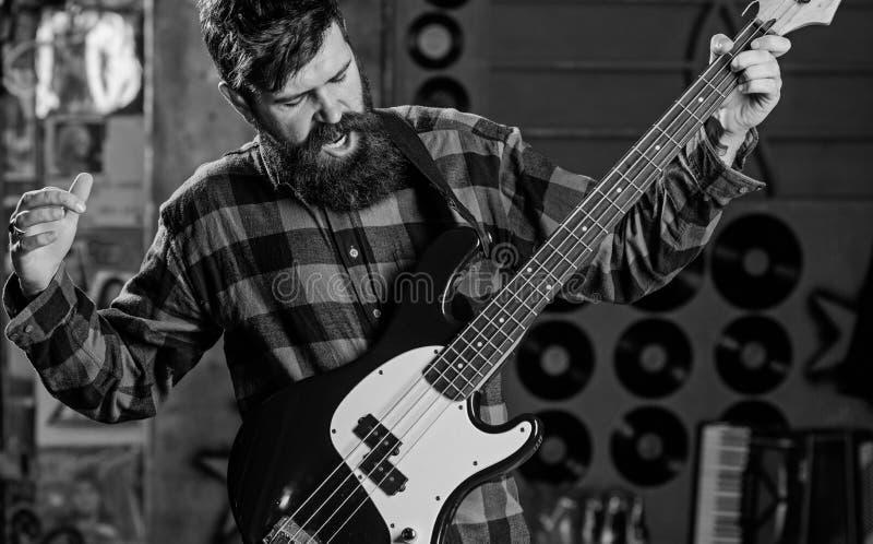 Rockmusikerkonzept Musiker, Mann an der Spitze, Solist, Sängerspielgitarre im Musikverein auf Hintergrund Mann auf schreiendem Ge lizenzfreies stockfoto