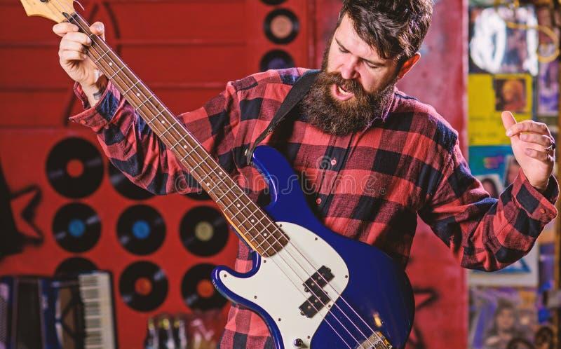Rockmusikerkonzept Musiker, Mann an der Spitze, Solist, Sängerspielgitarre im Musikverein auf Hintergrund Mann auf schreiendem Ge stockfotos