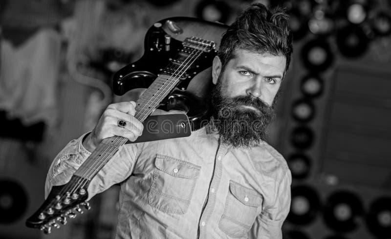 Rockmusikerkonzept Musiker mit Bartspiele-gitarre Begabter Musiker, Solist, Sänger trägt Gitarre herein lizenzfreies stockbild