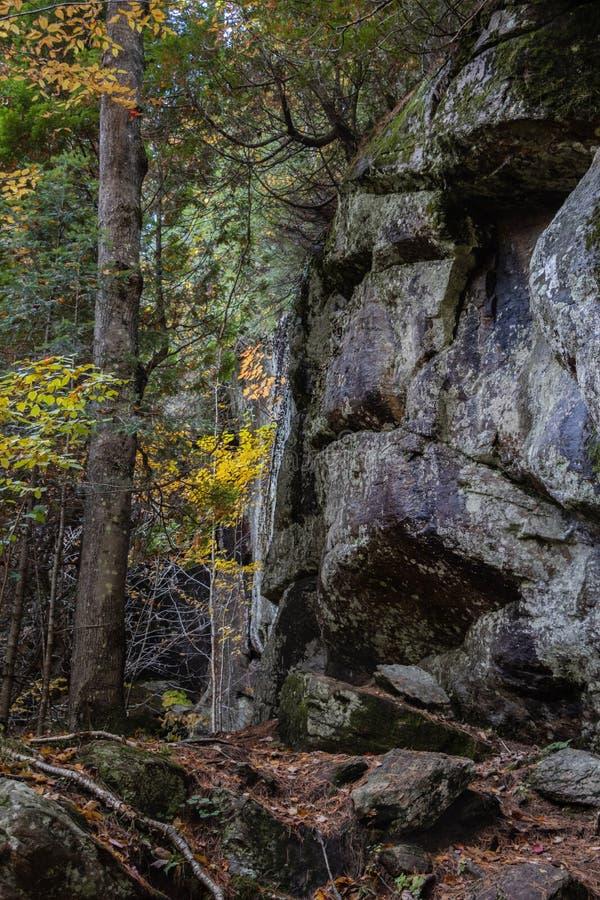 Rockowa ściana na nietoperza Jeziornym śladzie zdjęcia stock