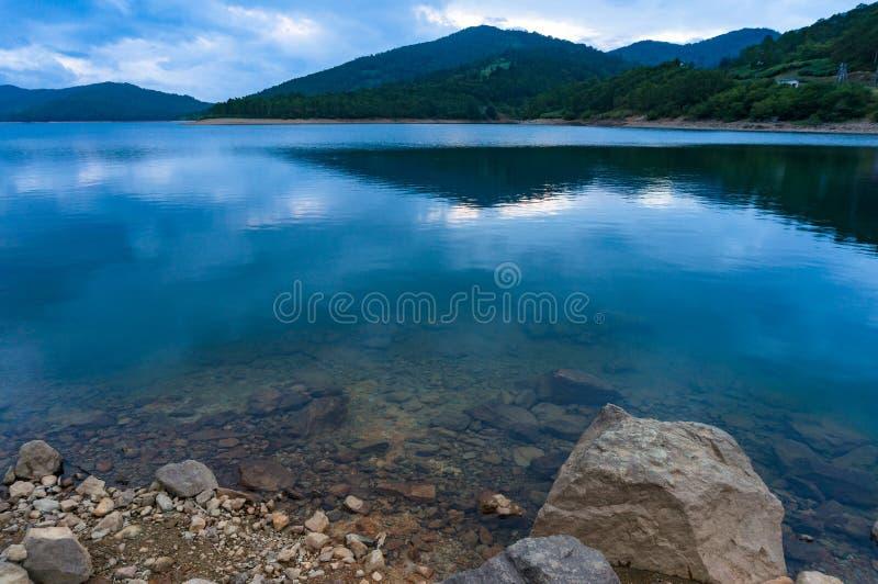 Rockowa brzeg i spokoju woda halny jezioro fotografia royalty free
