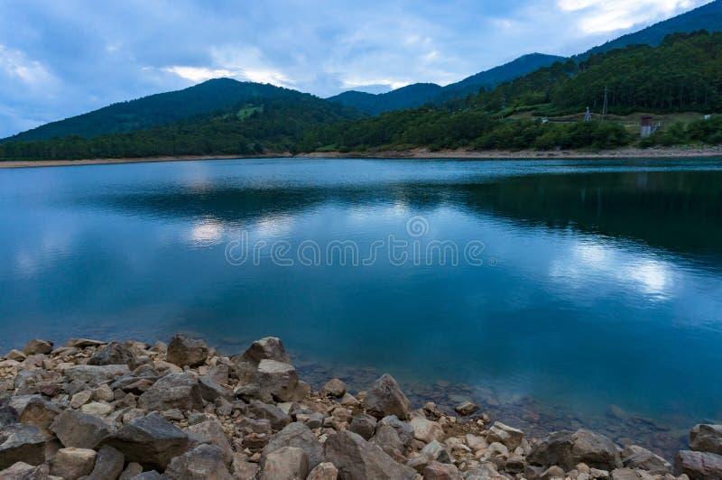 Rockowa brzeg i spokoju woda halny jezioro obraz stock