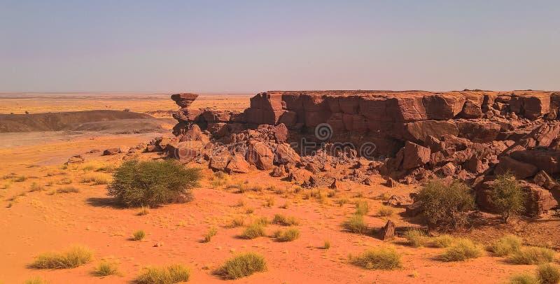 Rockowa formacja przy saharą blisko Tchirozerine regionu, Agadez, Niger zdjęcie stock