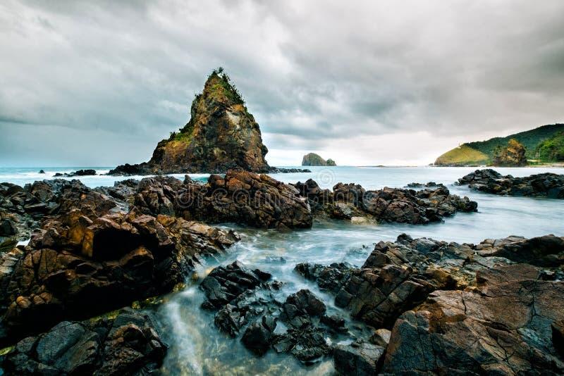 Rockowa formacja w Diguisit plaży przy Baler - Filipiny fotografia stock