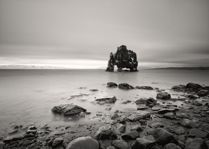 Rockowa formacja w płytkiej wodzie w czarny i biały obraz royalty free