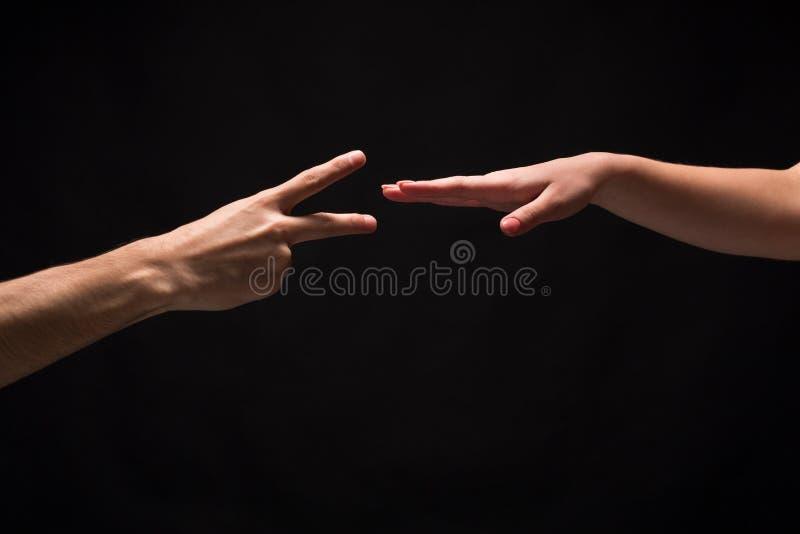 Rockowa Papierowa nożyce gra odizolowywająca na czerni fotografia stock