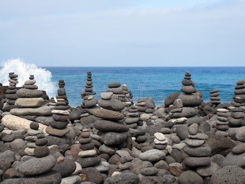 Rockowa sztuka brogujący popielaci otoczaki na plaży i kamienie fotografia royalty free