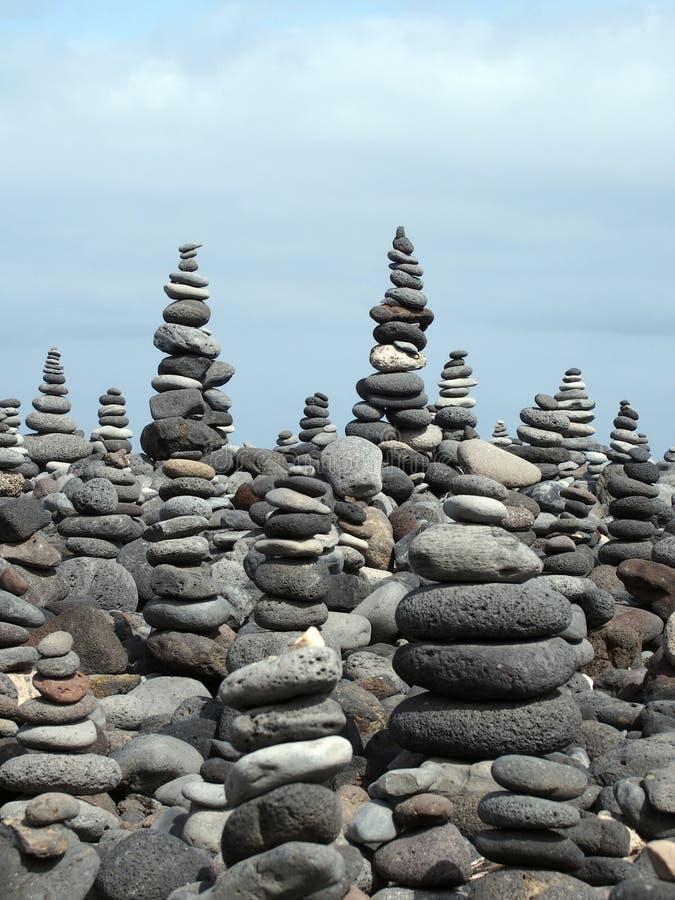 Rockowa sztuka wypiętrza i góruje popielaci kamienie i otoczaki na plaży fotografia stock