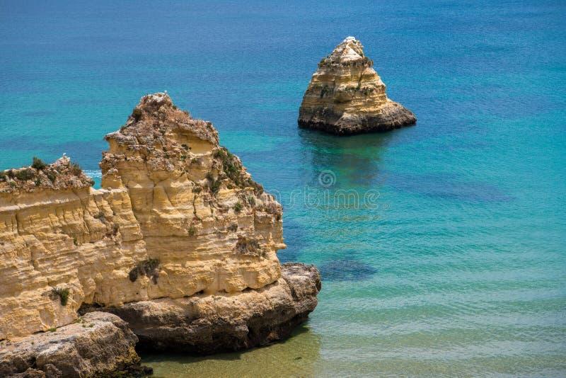 Rockowe formacje i piękny turkusowego błękita morze wzdłuż Portugalia Algarve suną zdjęcie royalty free