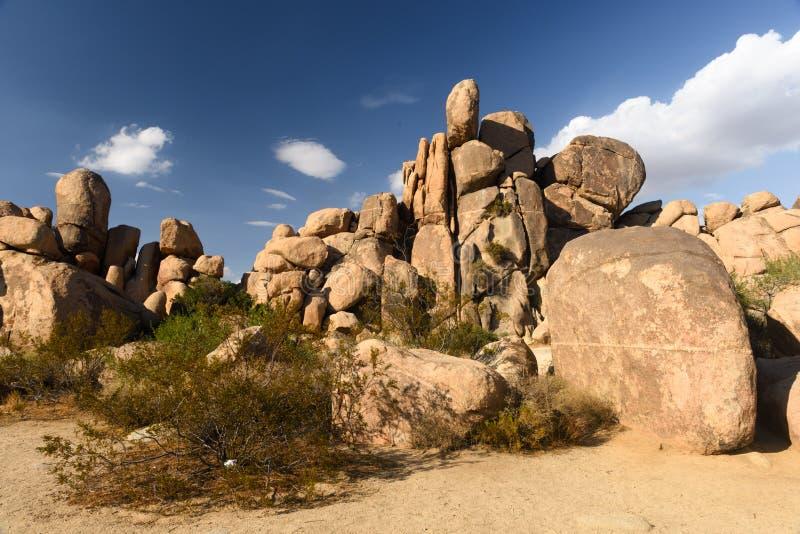 Rockowe formacje przy Joshua drzewa park narodowy zdjęcie stock