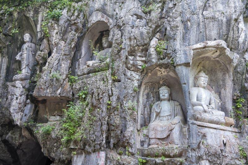 Rockowe ulgi przy Feilai Feng grotami blisko Lingyin świątyni w Hangzhou, Chiny obrazy stock