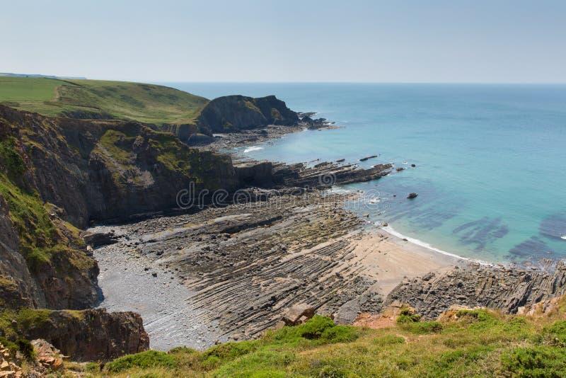 Rockowe warstwy w skalistej plaży zatoczce zdjęcie royalty free