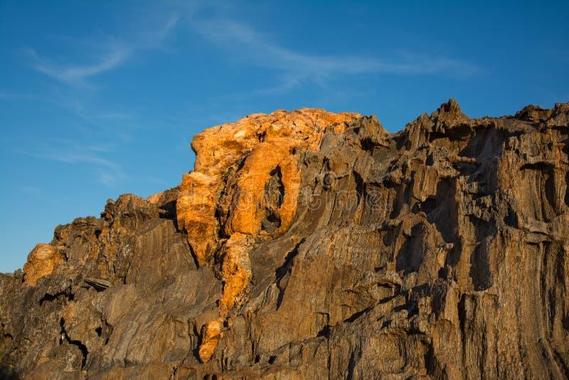 Rockowej formaci krajobraz z niebieskim niebem w nakrętce De Creus zdjęcia royalty free