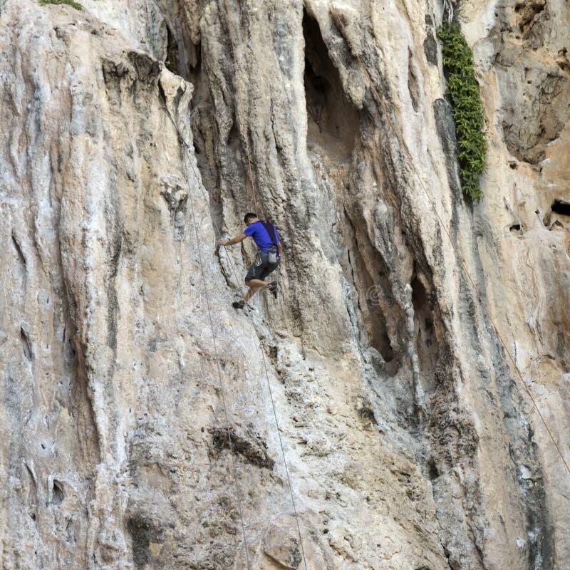 Download Rockowi Arywiści Wspina Się ścianę Na Phra Nang Plaży Fotografia Editorial - Obraz złożonej z wakacje, wycieczkowicz: 53787892
