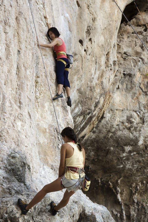 Download Rockowi Arywiści Wspina Się ścianę Na Phra Nang Plaży Zdjęcie Stock Editorial - Obraz złożonej z skała, arywiści: 53787983