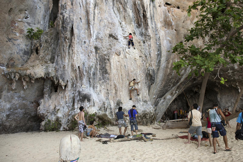 Download Rockowi Arywiści Wspina Się ścianę Na Phra Nang Plaży Fotografia Editorial - Obraz złożonej z góra, plaża: 53788047