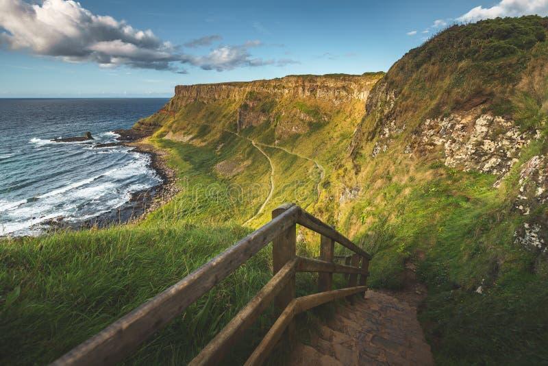Rockowi schodki prowadzi brzeg Północny - Ireland obrazy royalty free