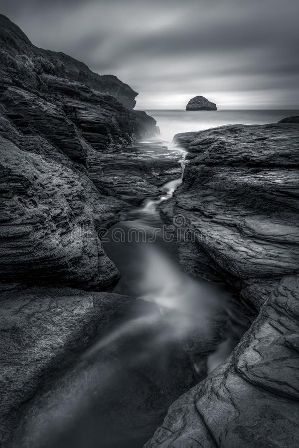Rockowy żleb i riverlet prowadzi w dół plaża, Trebarwith pasemko zdjęcia royalty free