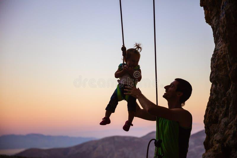 Rockowy arywista daje huśtawce jego mała córka zdjęcie royalty free