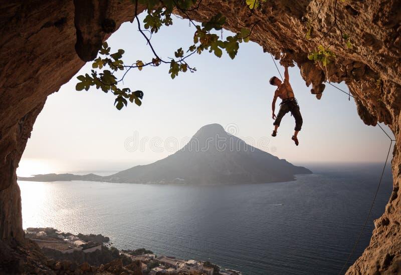 Rockowy arywista przy zmierzchem. Kalymnos, Grecja. zdjęcia royalty free