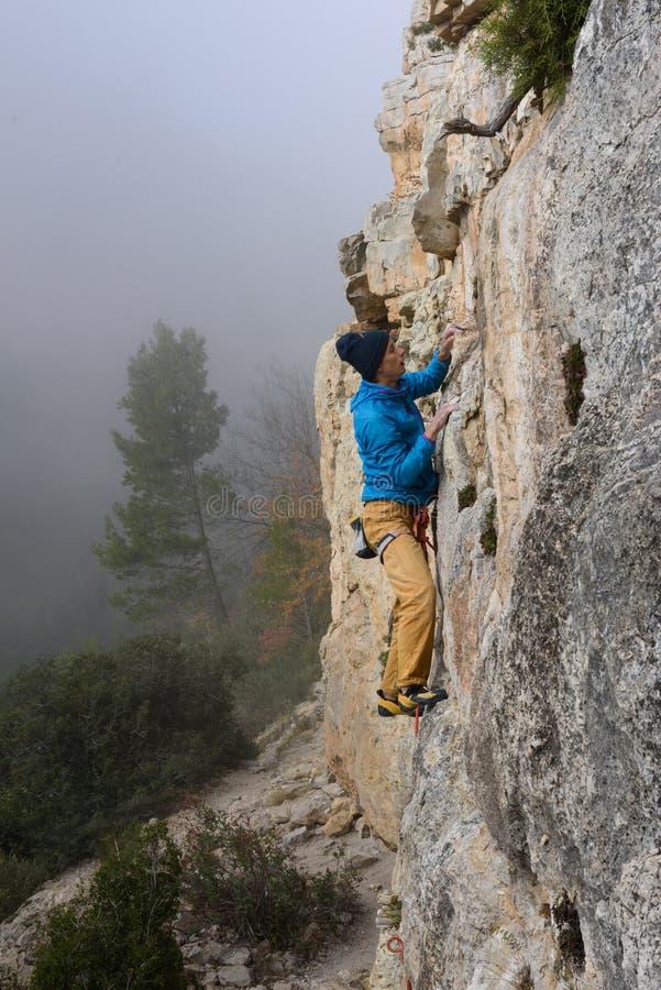 Rockowy arywista unosi się wymagającą falezę Krańcowy sporta climbi zdjęcia stock