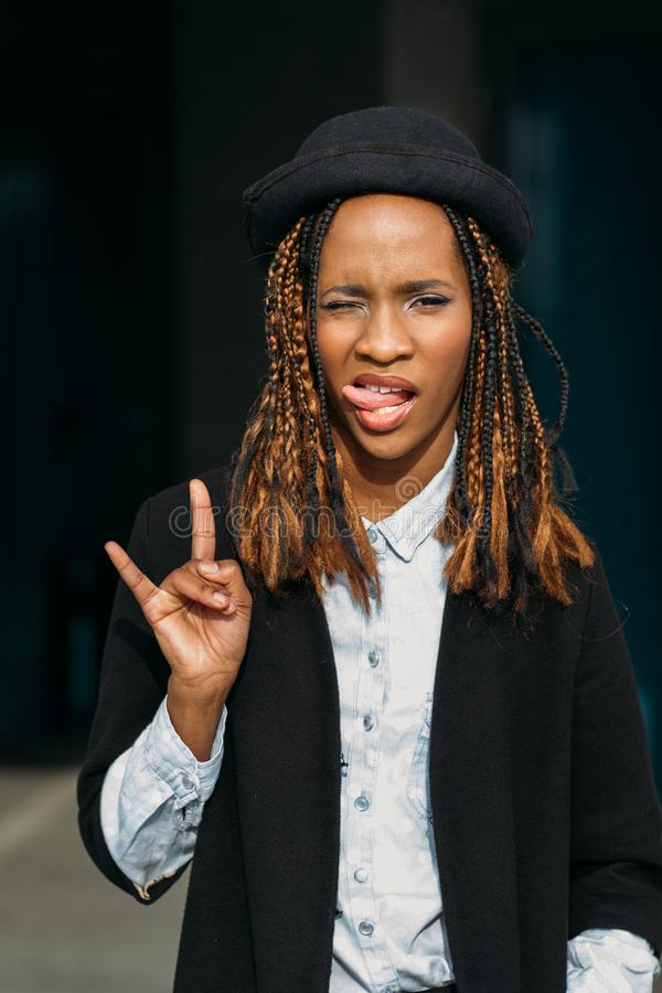 Rockowy gest Nowożytna młoda czarna dama obrazy stock