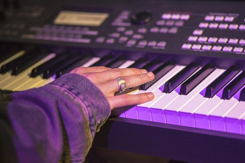 Rockowy keyboardzista zdjęcie royalty free