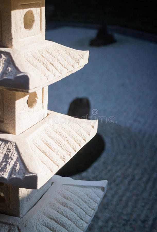 Rockowy lampion w zen ogródzie fotografia royalty free