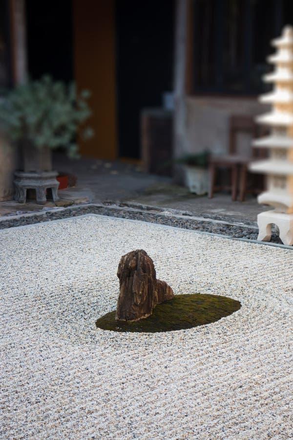 Rockowy lampion w zen ogródzie zdjęcia royalty free