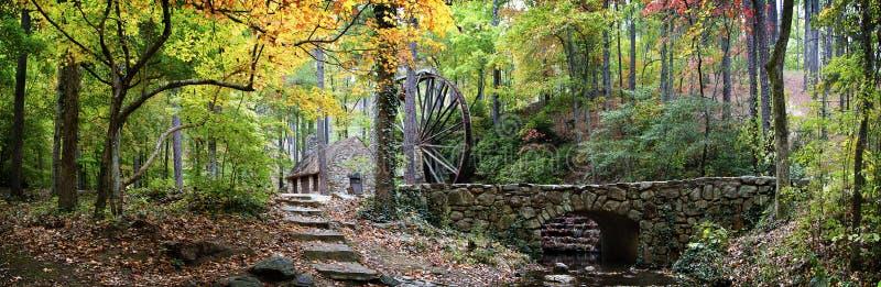 Rockowy młyn i most w jesieni zdjęcie royalty free