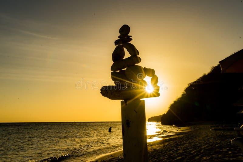 Rockowy statua zmierzch przy Daaibooi plaży Curacao widokami obraz royalty free