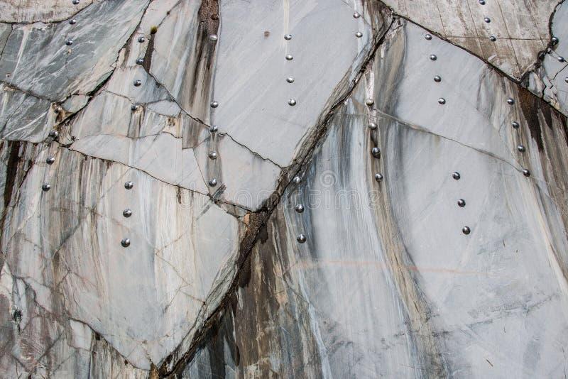 Download Rockowy weall zdjęcie stock. Obraz złożonej z beton, marmurkowaty - 53779600