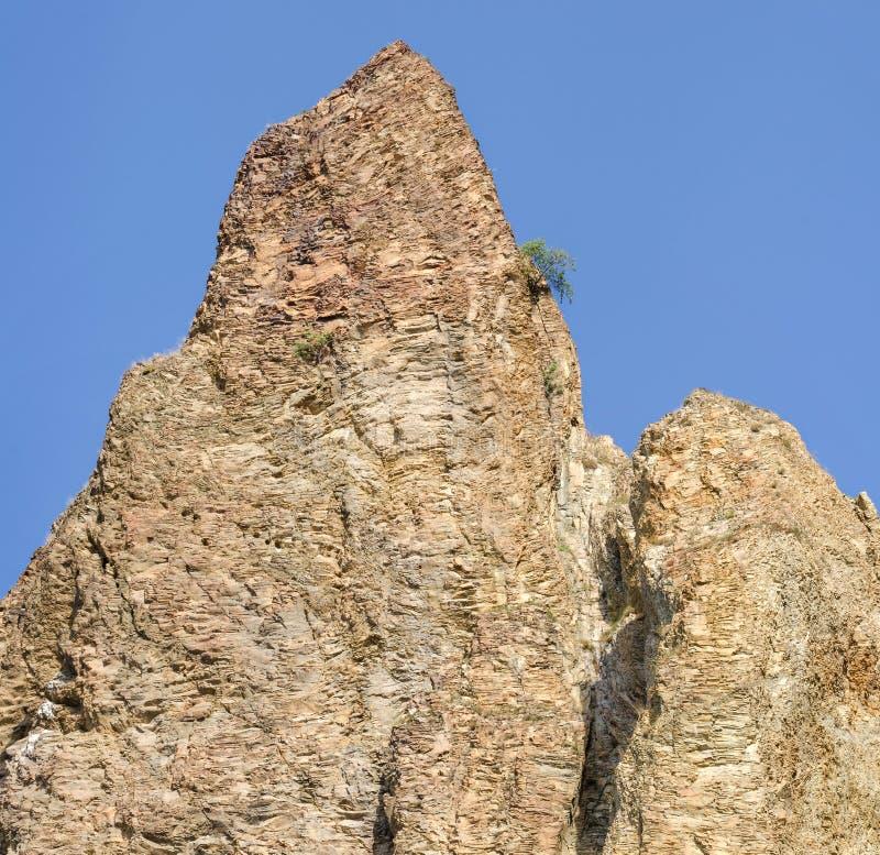 Download Rockowy wierzchołek zdjęcie stock. Obraz złożonej z niebo - 57666222