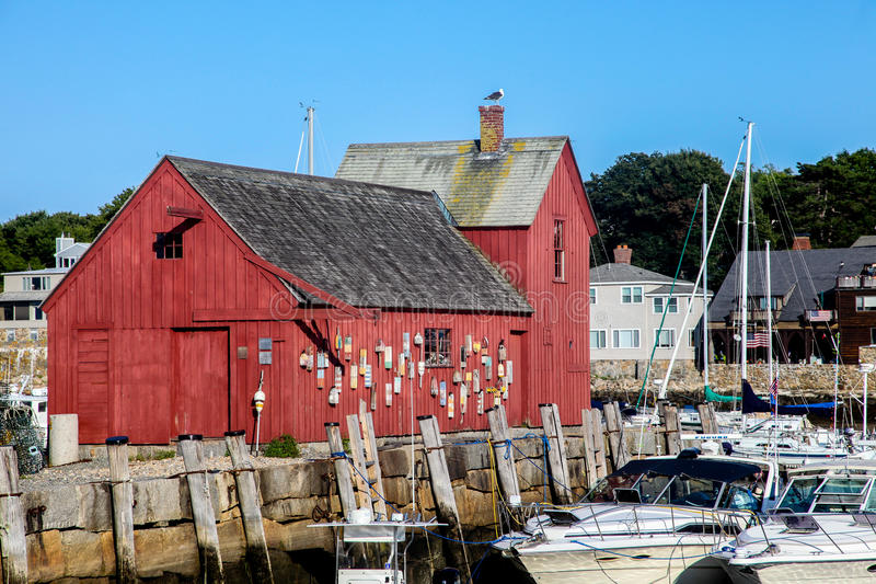 Rockport港口和红色大厦知道作为主题第一 免版税库存照片