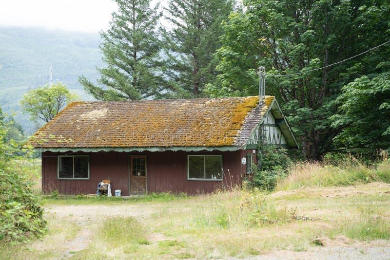 Rockport, Вашингтон - 6-ое июля 2019: Старое получившееся отказ здание с vegetated крышей и мхом растя вокруг стоковая фотография