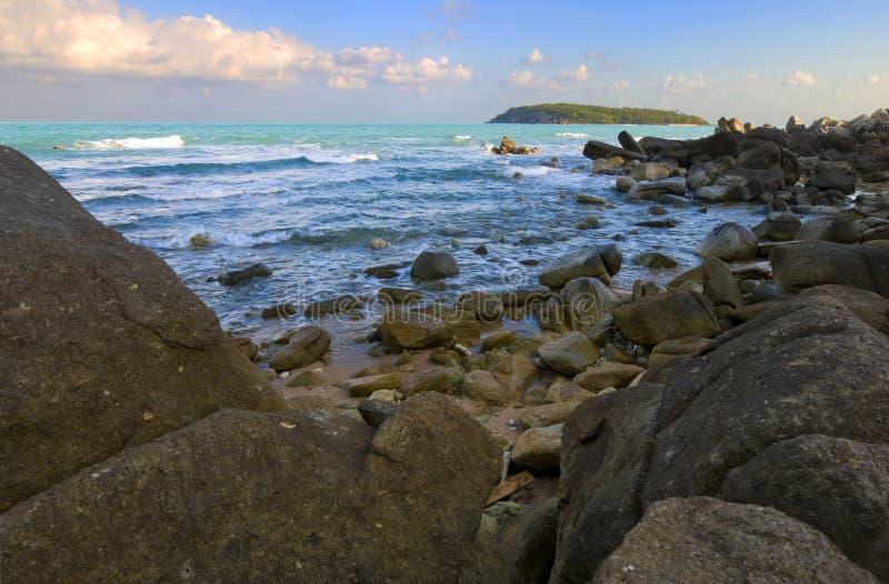rocks för strandhorisontö royaltyfria bilder