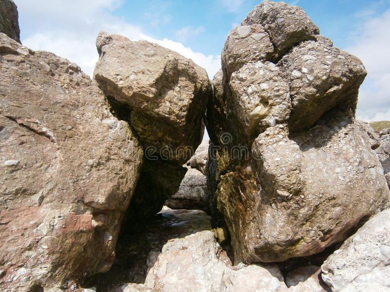 Rocks på en strand fotografering för bildbyråer