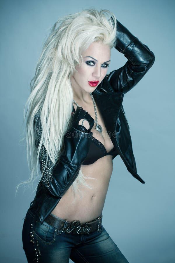rockstar性感的白肤金发的妇女 免版税库存照片