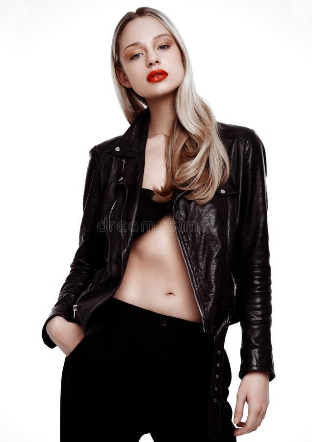 Rockstar骑自行车的人时尚女孩佩带的皮夹克 免版税库存图片