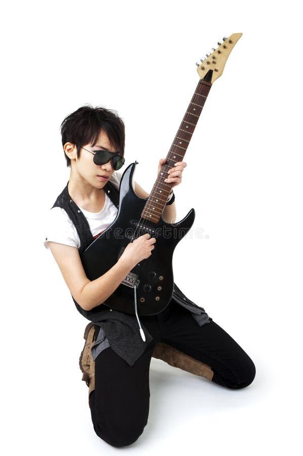 rockstar gitarrholdingpunk royaltyfri foto