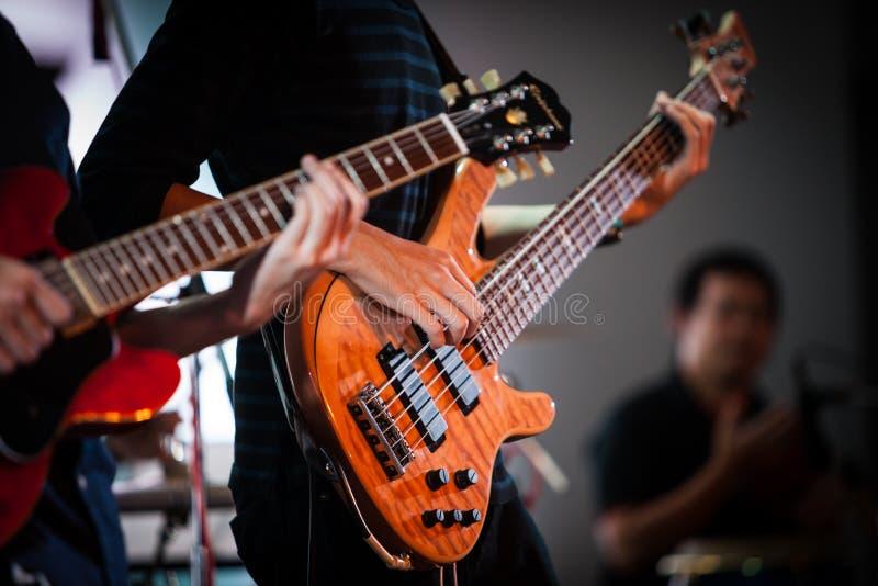 Rockstar que juega a solas en la guitarra fotografía de archivo