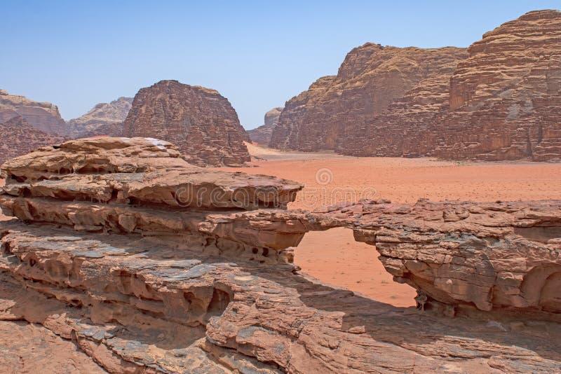 Rocky Arch in een Verre Woestijn royalty-vrije stock foto