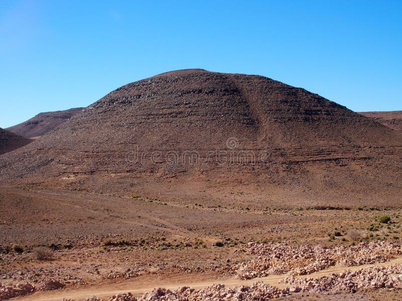 Rocky Atlas Mountains-waaierlandschap in zuidoostelijk Marokko dichtbij oud dorp van Oulad stock afbeelding