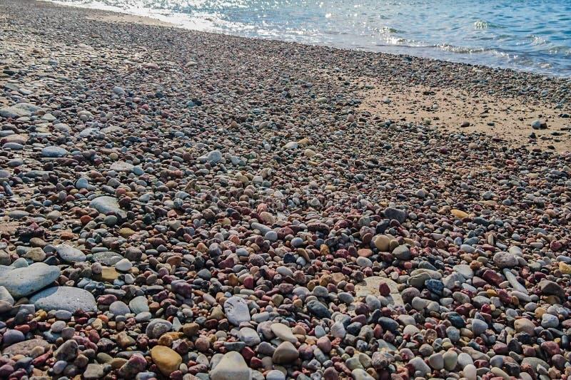 Rocky Baltic Sea kust nära Liepaja royaltyfri foto