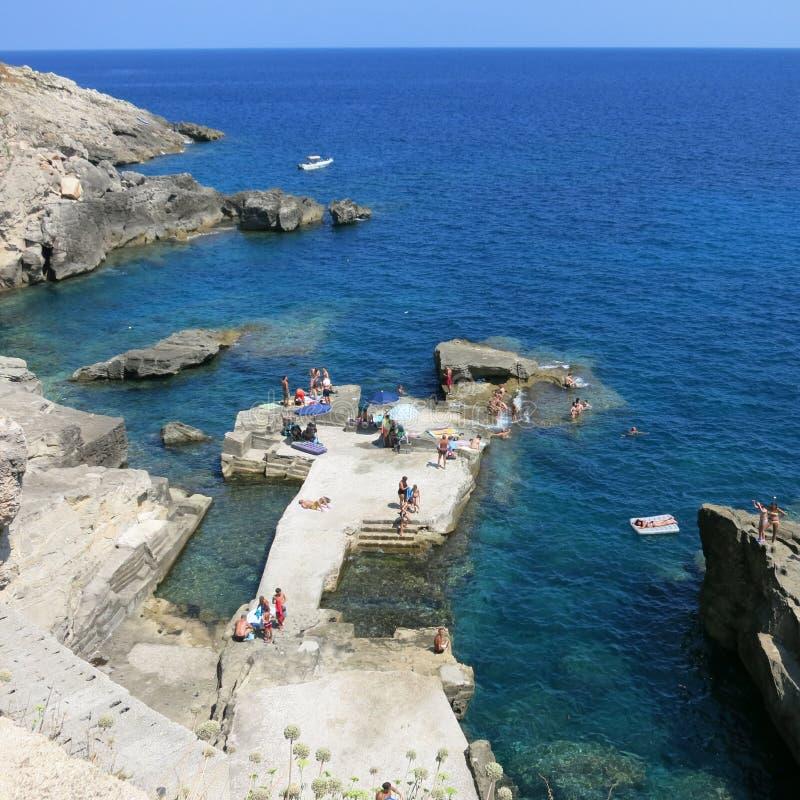 Rocky Beach de Santa Cesarea Terme, Puglia, Italie photo stock