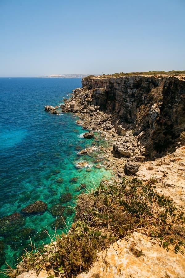 Rocky Beach e grotta con acqua blu immagine stock libera da diritti