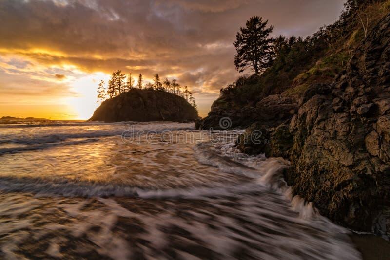 Rocky Beach Landscape au coucher du soleil, Trinidad, la Californie image stock