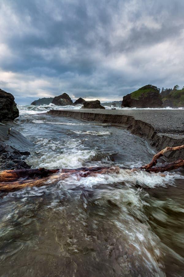 Rocky Beach Landscape bei Sonnenuntergang, Humboldt County, Kalifornien lizenzfreie stockbilder